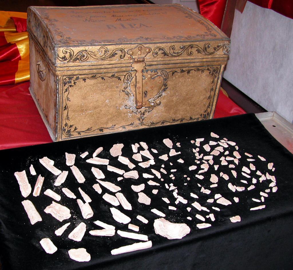 Restos óseos exhumados de la tumba de Cristóbal Colón en la Catedral de Sevilla en el año 2003.